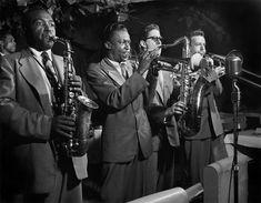 Au premier plan, Charlie Parker et Miles Davis, New York, 1949. Photo de Herman Leonard.