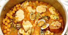 Caldero de garbanzos con rape almejas y gambas. Cocotte Le Creuset. Legumbres Cocotte Le Creuset, Chana Masala, Paella, Crockpot, Shrimp, Food And Drink, Keto, Vegetables, Cooking