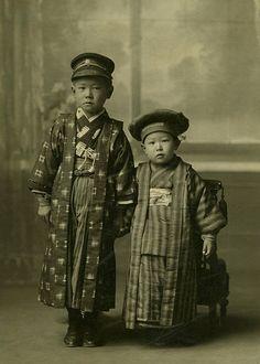 Akira Kurosawa (right) with his brother, Heigo. (c.1913) ☆黒澤明 (右) と兄の丙午 (へいご)。大正2年頃。