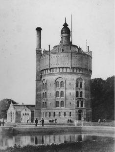 De watertoren van de Drinkwaterleiding in de Esch, 1875. Deze watertoren is de oudste watertoren van Nederland. Bovenin de watertoren was een waterreservoir van 1 miljoen liter, het grootste in Nederland. Rotterdam, Amsterdam Travel, Water Tower, Modern City, Back In Time, Old City, Beautiful Architecture, Delft, Lighthouse