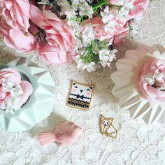 Peyote brickstitch  Bon et sinon en ce moment j'ai une folle envie de faire des tissages en perles  Résultat: ces deux petites bêtes bientôt transformées en broches ✨ Et vous, vous aimez les travaux manuels?  Modèles de @rose_moustache  #perles #perlesandco #chat #renard #origami #brickstitch #peyote #jenfiledesperlesetjassume #perlezmoidamour #maisonsdumonde #igptg #pink #rose #pastel #deco #instablogger #fleurs #instapastel #pastelcollection #girly #kawaii