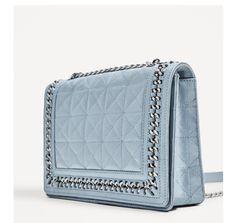 Le sac bleu de chez Zara est juste parfait pour l'été