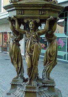 Cariatides de la fontaine Wallace de Clermont-Ferrand.