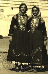 Εορτασμοί της 4ης Αυγούστου: γυναίκες με παραδοσιακές ενδυμασίες από την Αττική (Μέγαρα) στο Παναθηναϊκό Στάδιο.1937 Nelly's (Σεραϊδάρη Έλλη)