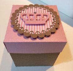 Caixa com base em papel kraft e tampa em papel color plus rosa cintilante, com aplique de doilles e coroa em papel rosa cintilante também, com strass.  Opção linda de lembrancinha!!! Coloque dentro o q sua imaginação mandar!!! R$ 4,00