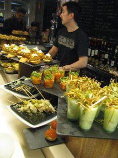 típicas barras de pintxos en los bares de bilbao