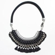 CUMARIBO collar negro y plateado con pompones negros por Araracuara
