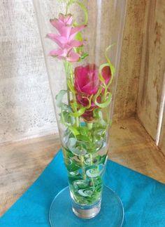シリンダー状の花器にはあえて中に埋めるようにいけて見ました♬