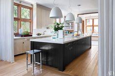 Depois de ver essas composições de cozinhas com pendentes incrívieis, você vai reparar nas luminárias para sempre