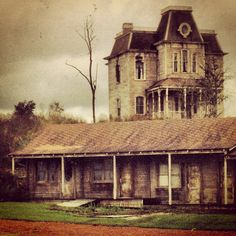 Bates Motel and Psycho House. Bates Motel Tv Show, Bates Motel Season 4, Halloween Movies, Scary Movies, Awesome Movies, Norman Bates, Boy Best Friend, Fiction, Haunted Mansion