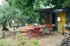 Combo Design is officieel dealer van Fermob ✓ Jouw tuin meubelen van Fermob makkelijk te bestellen ✓ Gratis verzending (NL) ✓ Snelle levertijd Metal And Wood Chairs, Metal Folding Chairs, Garden Chairs, Garden Furniture, Outdoor Furniture Sets, Tole Acier, Air Chair, Outdoor Fun, Outdoor Decor