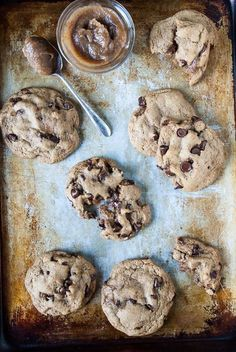 Vegan caramel chocolate chip cookies get stuffed with a date vegan caramel center and plenty of chocolate. Ready in under an hour and easy as pie! Paleo, Healthy Vegan Desserts, Vegan Dessert Recipes, Vegan Treats, Delicious Vegan Recipes, Vegan Foods, Vegan Dishes, Baking Recipes, Cookie Recipes