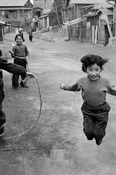 © Han Youngsoo - Seoul, Korea 1956-1963 Classic Photography, Black And White Photography, Old Pictures, Old Photos, Time In Korea, Korean Photo, Korean People, Asian American, Historical Images