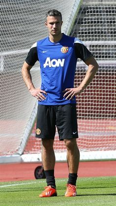 First of the two deadly strikers for me is the Flying Dutchman: Robin van Persie