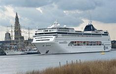 luxueus cruiseschip lirica legt aan in antwerpen