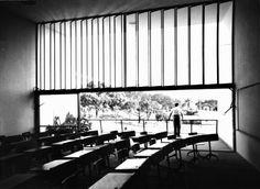 Affonso E. Reidy, Escola Primária do Conjunto Residencial Prefeito Mendes de Moraes — Pedregulho, 1947-1950. Interior das salas de aula. (Fonte: Centro de Documentação – MAM. Foto de Marcel Gautherot)