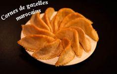 Cornes de gazelle à la marocaine avec Thermomix, une recette de pâtisserie marocaine à base de pâte d'amande et parfumées à la fleur d'oranger.