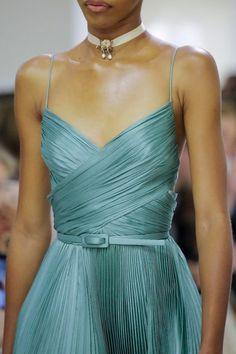 Christian Dior Fall 2018 Couture Fashion Show - Dior Dress - Ideas of Dior Dress - Christian Dior Fall 2018 Couture Collection Vogue Dior Haute Couture, Style Couture, Christian Dior Couture, Couture Details, Christian Dior Gowns, Christian Siriano, Runway Fashion, Trendy Fashion, High Fashion