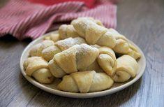 Zakysaná smetana místo šlehačky. Křehké ořechové rohlíčky se dělávají ze šlehačkového těsta, zkuste pro tentokrát vyměnit šlehačku za zakysanou smetanou. Nechte se inspirovat. Something Sweet, Potatoes, Sweets, Bread, Vegetables, Gardening, Random, Basket, Sheet Music