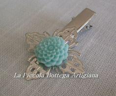 Pinzetta per capelli in metallo argentato con filigrana a fiore a quattro petali con dalia in resina verde acqua