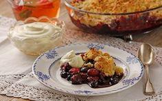 Kuningatar murupaistos ja raakavaniljakastike Swedish Recipes, Dessert Recipes, Desserts, Cauliflower, Blueberry, Raspberry, French Toast, Cheesecake, Pudding