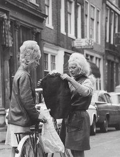 Vrouwen in de 2e Tuindwarsstraat (Jordaan), onbekende fotograaf, 1967