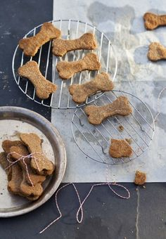 Don't forget the pets in your life. Cookies For Canines: 9 Homemade Dog Treat Recipes Dog Biscuit Recipes, Dog Treat Recipes, Healthy Dog Treats, Dog Food Recipes, Doggie Treats, Vegetarian Dog Treats Recipe, Homemade Dog Cookies, Homemade Dog Food, Homemade Gifts