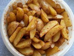 Für die Kartoffel Wedges die Kartoffeln waschen, schälen und in Spalten schneiden. Öl, Paprikapulver, Salz und Pfeffer mischen und auf die
