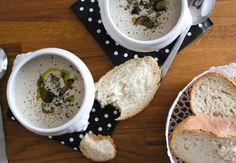 Een heerlijke culinaire paddestoelensoep met madeira en slagroom. Met als wauwfactor wat druppels olijfolie die je vlak voor het serveren erin druppelt.