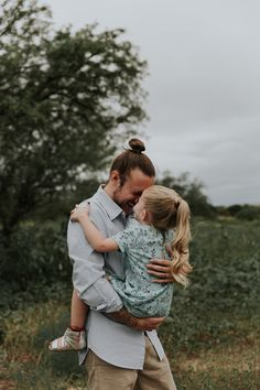 Father Daughter Pictures, Dad Pictures, Dad Daughter, Mother Daughters, Family Portrait Poses, Family Picture Poses, Family Photos, Family Posing, Father Daughter Photography