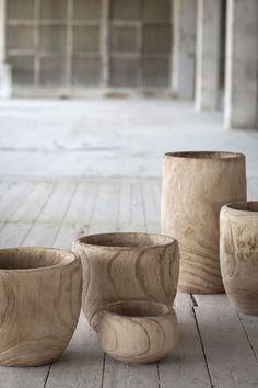 Pots en bois The Style files via Nat et nature Wabi Sabi, Interior Flat, Bedroom Minimalist, Wooden Bowls, Wooden Planters, Wood Design, Wood Turning, Natural Materials, Natural Wood