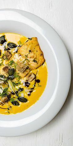 stuttgartcooking: Kürbis-Creme-Suppe mit Lachs, Birne, Croutons, Kre...