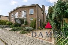 Gemoderniseerd  ruim halfvrijstaand woonhuis met dakterras, tuin, carport, drie slaapkamer. € 209.000 k.k.