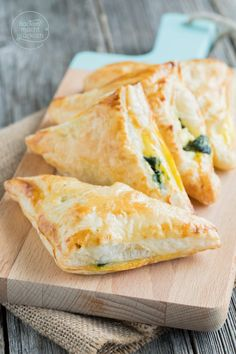 Puff pastry with spinach- Blätterteigtaschen mit Spinat Simple recipe for stuffed dumplings. The puff pastry particles can be vegetarian or meat-filled to taste - Puff Pastry Pizza, Spinach And Feta, Vegan Appetizers, Snacks Für Party, Brunch Recipes, Slow Cooker Recipes, Finger Foods, Vegetarian Recipes, Easy Meals