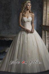 Robe de mariée luxe en décolleté coeur avec dentelle perlée et jupe volumineuse