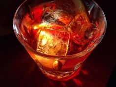 Wenn du ein Foto von einem Getränk in einer Bar oder einem Restaurant machen willst und die Tischoberfläche dreckig oder unordentlich ist, kannst du eine Telefonlampe oder Taschenlampe benutzen, um wirklich interessante Effekte zu erzeugen, indem du sie direkt an dein Glas hältst.