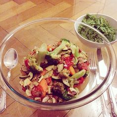 dinner is served: veggies and greens! (tomatoes, bell pepper, mushrooms, onions, zucchini, carrots, broccoli and garlic) spiced with cilantro, basil and oregano. + arugula.... yummie, i'ts veggie feast!!