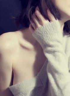 「セーター+顔のない美女」! つい「!」を付けてしまいたくなるほど魅惑的な取り合わせである。 セーター美女の写真には共通性がある。 それは、 「袖や首周辺がピッタリなサイズではよろしくない」 「ややダブダブな方が美しいのだ」 「絶対に、袖か首のどちらかはダブダブにせよ」 という、どこかに世界規模の組織が存在して、厳格に定められているかのような法則である。 首のダブダブを引っ張ると、袖が引っ込み……。 首周辺がズルッと落ちた場合は、袖がその分だけダブダブ度を増して……。 時には放心しながらも……。 常に、ダブダブファンの期待を裏切らない! 絶妙のバランスを考慮しながら「美女+セーター」界は今日も…