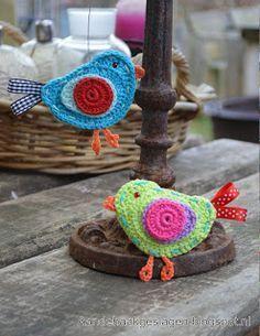 Bird -free pattern by Aan de HAAK geslagen. in Dutch with charts and photos Crochet Diy, Crochet Birds, Crochet Amigurumi, Crochet Home, Love Crochet, Crochet Crafts, Yarn Crafts, Crochet Flowers, Crochet Projects