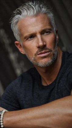 Mature Mens Haircuts, Older Mens Hairstyles, Pretty Men, Gorgeous Men, Bleached Hair Men, Silver Foxes Men, Handsome Older Men, Poses For Men, Men Photography
