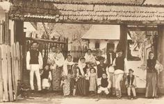 BU-F-01073-5-00656-4 Ţărani în costume populare din zona Muscel, s. d. (sine dato) (niv.Document) Folk Costume, Costumes, Historical Pictures, Romania, The Incredibles, Traditional, Case, Roots, Painting