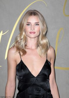 Rosie Huntington-Whiteley with soft curls at the Burberry Festive Film premiere in London. (October 2015). #burberry