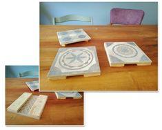 Dessous de plat en carrelage, bouts de palettes en dessous, assemblés à la colle à carrelage