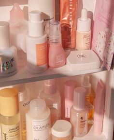Colorful skincare shelfie featuring the new Summer Fridays serum, fourth ray beauty, & glossier Diy Deodorant, Hair And Beauty, Beauty Skin, Beauty Care, Beauty Hacks, Beauty Tips, Beauty Essentials, Diy Beauty, Burt's Bees