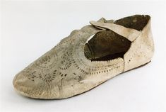 Man's shoe, Italian ca. 1590. Upper, white goatskin with slashing and punchwork. Overall length 23.8 cm Overall Height 8.2 cm Weight 33 g It belonged to Baron Ludwig von Peter Block. inventory number i 0305