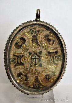Antigüedades: CONSERVADO RELICARIO EN PLATA DEL SIGLO XVIII. CON RELIQUIAS Y LETRAS GOTICAS A DOS CARAS - Foto 2 - 57696805