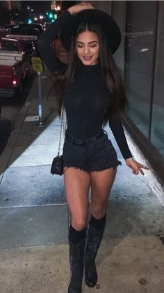 minimalistic less is more ladies lady women stylish urban culture look trend styles chic street fashion fashionable casual jeans Mode Outfits, Fall Outfits, Casual Outfits, Summer Outfits, Fashion Outfits, Baddie Outfits Party, Clubbing Outfits, Casual Boots, Casual Jeans