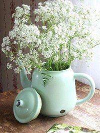Læg din buket i en vintage tekande; gypsophile, for en effekt . Queen Anne Lace, Verde Vintage, Vintage Green, Mint Green Aesthetic, Vibeke Design, Enamel Teapot, Enamel Ware, Deco Nature, Deco Floral