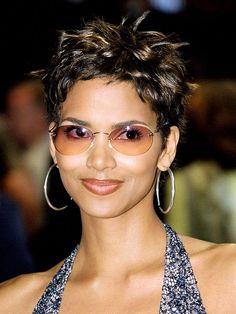 Halle Berry at 40 Rocking Pixie Haircut Halle Berry Pixie, Halle Berry Haircut, Halle Berry Short Hair, Halle Berry Hairstyles, Halle Berry Style, 90s Hairstyles, Black Girls Hairstyles, Casual Hairstyles, Medium Hairstyles