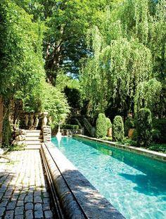 Pour un aménagement feng shui, la piscine ne devrait pas être juste devant la maison. Ici bon exemple, elle est en retrait et la végétation l'abrite. #fengshui #conseil #amenagementfengshui